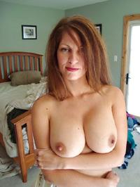 Frau oben ohne im Schlafzimmer