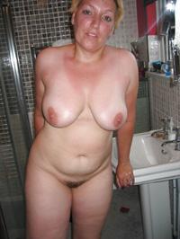 Kurzhaarige Blondine nackt im Bad