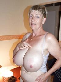 Kurzhaarige Frau mit XXL Titten