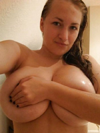 Nasse Frau mit XXL Titten