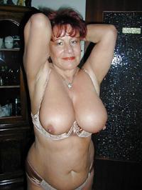 Rothaarige Dame mit vollen Titten