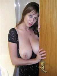 Schüchterne Frau zeigt Titten