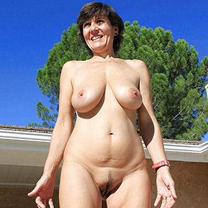 Reife Frau nackt im Freien