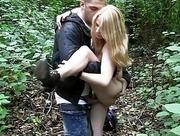 Blondine im Wald gefickt
