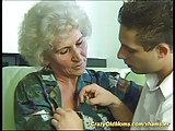 Knabe rammelt haarige Oma