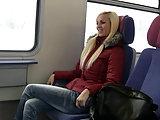 Mitten im Zug gefickt