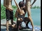 Drei Männer bumsen sie am Baggersee