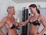 Lesbe mit Muskeln trainiert junge Stute