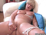 Oma Samantha masturbiert