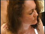 Sexy Mama öffnet ihre Muschi für den jungen Mann