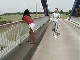 Sie fickt mit ihm auf einer Brücke