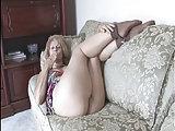 Ältere Frau macht es sich selbst zu Hause