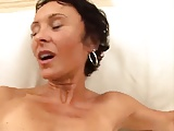 Ältere Frau wird von vier Männern gefickt