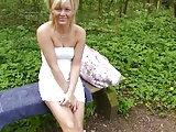 Blondine bekommt Arschfick im Wald