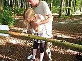 Er fährt mit dem Teen in den Wald