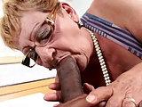Oma will es von dem Schwarzen in jedes Loch