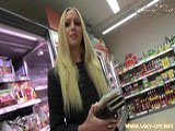 Lucy Cat fickt mitten im Supermarkt