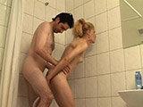 Natursekt und Sperma unter der Dusche