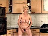 Oma masturbiert in der Küche
