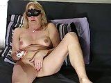 Reife Amateurin zeigt sich nackt