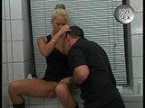 Schamlose Blondine pisst vor der Kamera