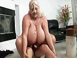 Sie hat riesige hängende Euter