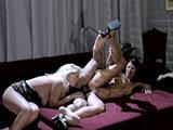 Zwei Frauen nehmen sich einen Mann vor