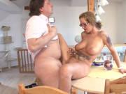Deutsche Hausfrau wird auf dem Esstisch gefickt