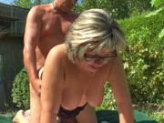 Deutsche Oma lässt sich im Garten bumsen