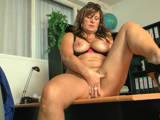 Deutsche Sekretärin masturbiert im Büro