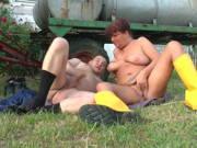 Dicke Bäuerin will auf der Wiese bumsen