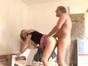 Ehefrau mit dicken Titten fickt auf der Baustelle