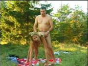 Förster verführt junge Blondine zum Waldfick