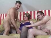 Mollige Ehefrau und ihr bisexueller Mann ficken im Dreier