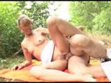 Reife Frau bekommt einen deutschen Outdoorfick