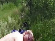 Blonde Schlampe fickt mit einem Afrikaner am See