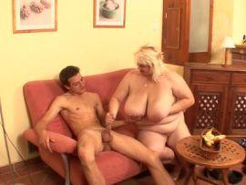 Dicke Blondine mit Riesentitten besteigt einen dürren Kerl