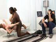 Freundin fickt Interracial und er muss dabei zusehen