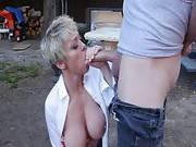 Milf mit prallen Titten fickt mit ihrem Fahrgast