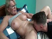 Mutter bemerkt die Beule in der Hose des Sohnes
