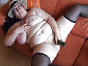 Dicke Oma spreizt die Beine